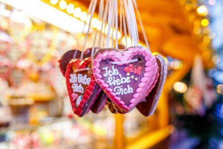 Gingerbread Hearts at German Christmas Market. Nuremberg, Munich, Fulda, Berlin, Hamburg xmas market in Germany. In German language I love you. Archivio Fotografico - 129324844