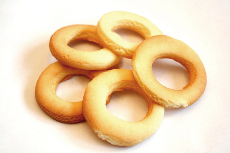 biscuits: Cookies in the form of rings stacked on each other in a circle.
