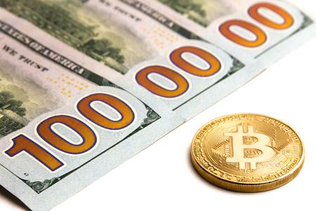 Welke cryptocurrency wisselkoers. Gouden bitcoin naast Amerikaanse bankbiljetten. Een miljoen dolars. Drie honderd dollarbiljetten. Witte achtergrond. Stockfoto