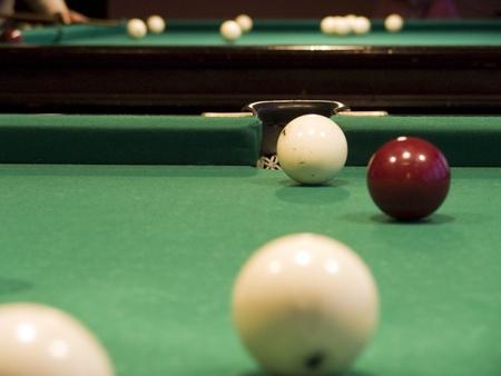 bola de billar: Las bolas de billar, sobre un fondo club de billar Foto de archivo
