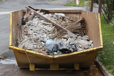 Dumpster vol bouwafval Stockfoto