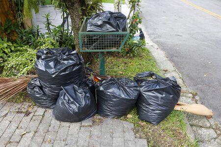 쓰레기 봉투가 쌓여있다. 스톡 콘텐츠