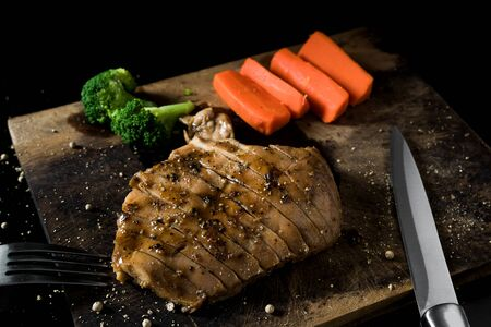trinchante: Grilled chicken steak look delicious. Suitable for eating build muscle.