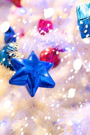 星の形の飾りとクリスマス ツリーのビューが美しいクリスマス フェスティバルを使用し、壁紙やイラストとして使用にそれらをハングアップします