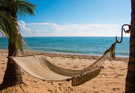 hammock: Hamaca en la playa