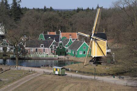 Uitzicht vanaf molen Het Foruyn op de Zaanse streek en de standerdmolen in het Nederlands Openluchtmuseum in Arnhem