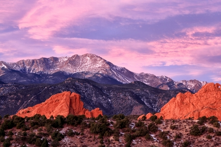 A Purple Pikes peak Mountain overlooking Garden of the Gods in Colorado Springs, Colorado Stok Fotoğraf