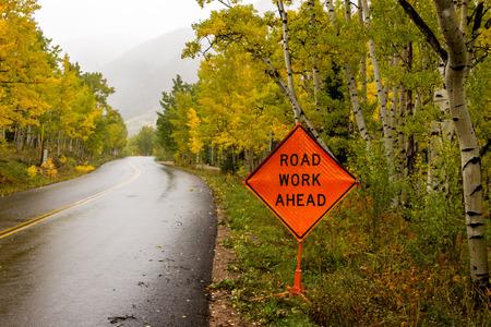 Oranje verkeersbord waarschuwing verkeer van de weg werken vooruit op bergwegen