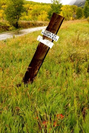 no trespassing: Propiedad privada Prohibido el paso firme por una carretera Foto de archivo