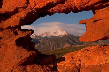 Framng up a cloudy Pikes Peak from the Siames Twins Rock Formation at Garden of the Gods, Colorado Banco de Imagens