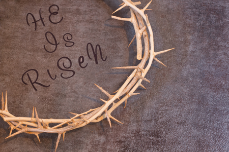 Easter He is Risen Quote surrounded by a Crown of Thorns on a textured background with room for text Banque d'images