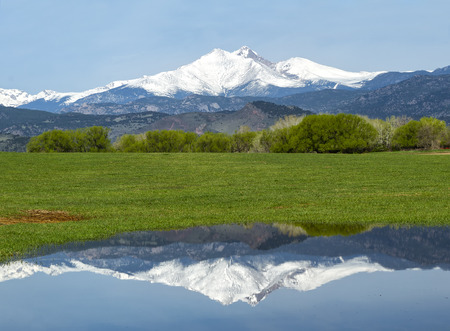 Longs Peak reflects in the waters along a country road in Longmont Colorado 版權商用圖片