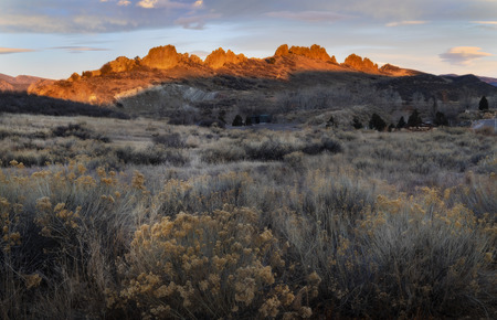 Lever du soleil brille sur les hogbacks de Devils Backbone situé à Loveland Colorado Banque d'images