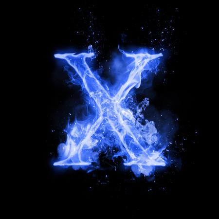 Fuego letra X de la quema de llama azul. Flaming fuente quemadura o texto alfabeto hoguera de humo que chisporrotea y fuego o llamas brillando efecto del calor. Incandescente resplandor frío fuego sobre fondo negro Foto de archivo - 69948514