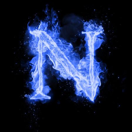 List ognia N spalania niebieski płomień. Płomienną czcionką spalania lub tekstem alfabetu ogniska z sypkim dymem i ognistym lub płonącym blaskiem ciepła. Żarzeniowe zimno ognia blask na czarnym tle