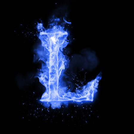 Litera ognia L spalania niebieski płomień. Płomienna czcionka spalania lub tekst alfabetu ognistego z wrzącym dymem i ognistym lub płonącym blaskiem ciepła. Żarzeniowe zimne ognia blask na czarnym tle