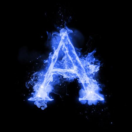 Una carta de fuego de la quema de llama azul. Flaming fuente quemadura o texto alfabeto hoguera de humo que chisporrotea y fuego o llamas brillando efecto del calor. Incandescente resplandor frío fuego sobre fondo negro Foto de archivo - 69948569