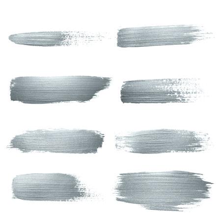 Ensemble de coups de pinceau de peinture de paillettes argentées ou abstrait tamponner avec la texture de bavure sur fond blanc. Tache d'éclaboussure de pinceau d'encre de peinture d'argent scintillante isolée pour la conception cosmétique de luxe Banque d'images - 94658562