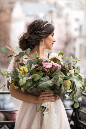 bride with a bouquet of flowers on the balcony Imagens