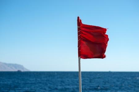 bandera roja en el mar. Se prohibe la natación Foto de archivo
