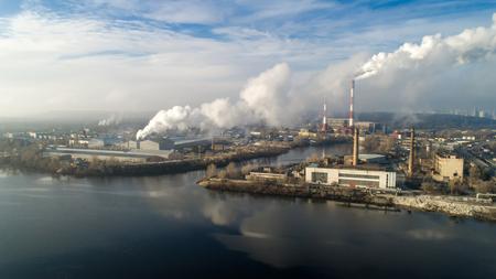 ごみ焼却プラント。喫煙煙突を持つ廃棄物焼却炉プラント。工場による環境汚染の問題 写真素材 - 92597080