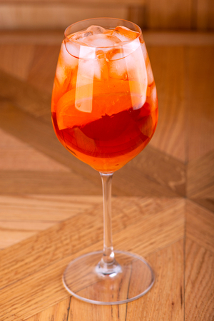 Aperol spritz cocktail in glass on wooden table Imagens