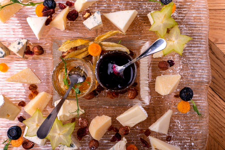 Cheese plate. Top view. Tasty cheese starter. Imagens - 122869588