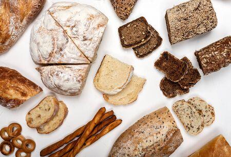Diversi tipi di pane su uno sfondo bianco. Vista dall'alto.