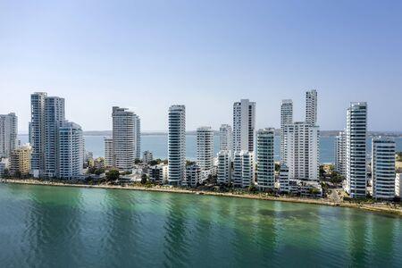 Vue aérienne des hôtels et des grands immeubles près de la côte caraïbe. Horizon de la ville moderne. Banque d'images