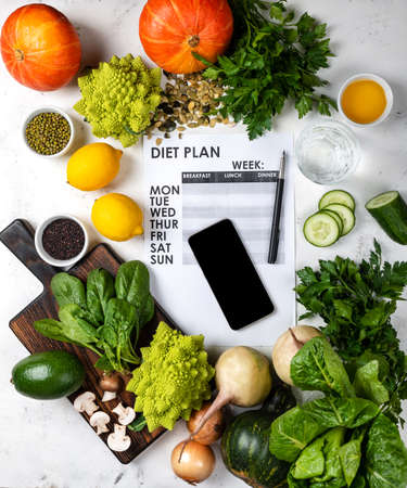 Smartphone Diet plan and set of healthy food on the table. 版權商用圖片
