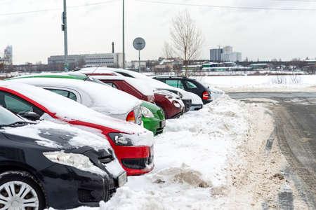 Row of cars covered with snow. Snowstorm Zdjęcie Seryjne