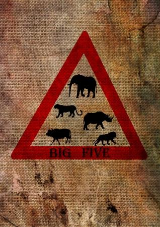 big five: Wildlife big five dal Sud Africa sul cartello stradale triangolo, rosso su sfondo con texture