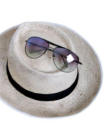 sole occhiali: Vetri del cappello e del sole di paglia - priorit� bassa bianca isolata