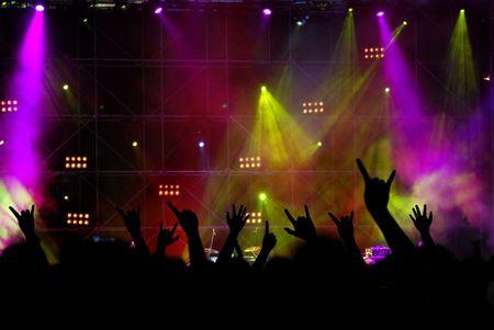 シルエットの人々 とステージの照明