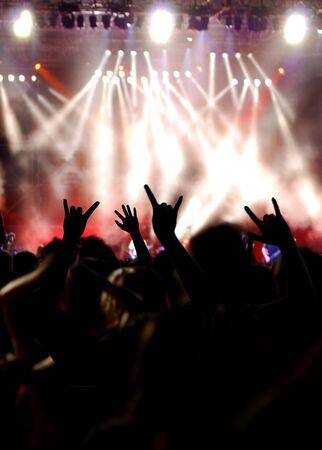 ロック コンサートで群集