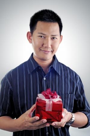 プレゼントを持って男