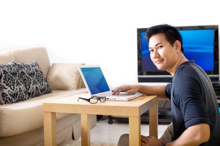 家庭でインターネットをサーフィンする男 写真素材