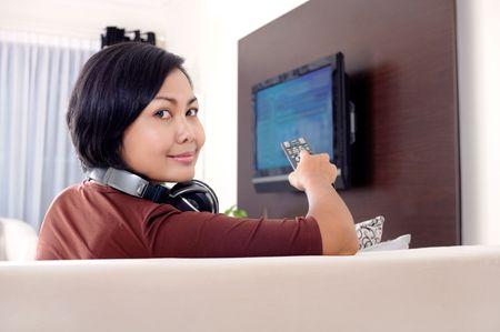 テレビを見ている女性 写真素材