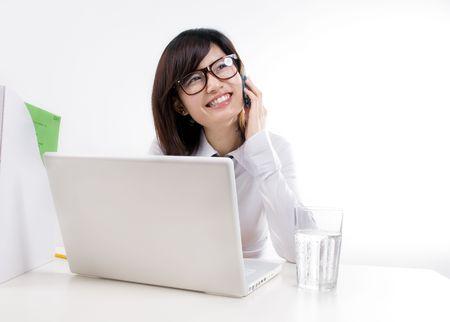 幸せな女性実業家、携帯電話で話しています。