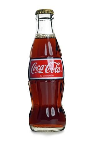 colas: Kuala Lumpur, Malaysia - maggio 22 2012: Coca Cola bottiglia di Coca Cola su sfondo bianco