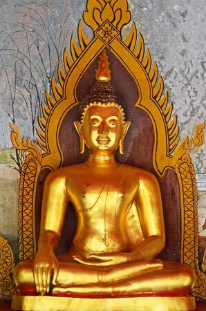 cabeza de buda: Estatua de Buda en Wat tomada Phrathat templo de Doi Suthep en Chiang Mai, Tailandia