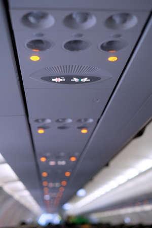 cinturon de seguridad: Primer plano de llevar el cintur�n de seguridad de se�alizaci�n dentro de la aeronave Foto de archivo