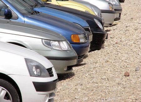 over packed: Teleobiettivo vista di vetture posteggiate nel parcheggio  Archivio Fotografico