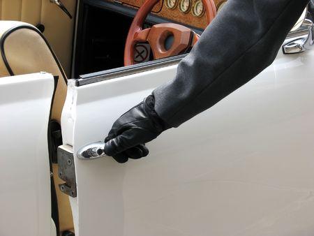 abriendo puerta: Primer plano de chofer de apertura de puertas de coche boda  Foto de archivo