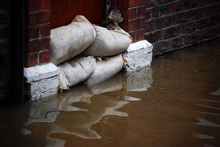 Close-up des Hochwasserschutzes in der Abwehr ein Tor von Haus