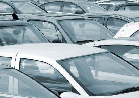 over packed: Teleobiettivo vista di automobili parcheggiate nel parcheggio