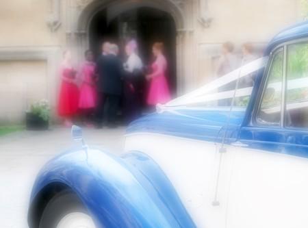 Boda coche espera fuera de nuestra boda por la Iglesia Foto de archivo - 4155880