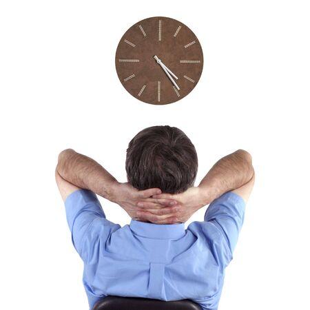 perezoso: Empleado de oficina, mientras mira el reloj a la espera de terminar el trabajo