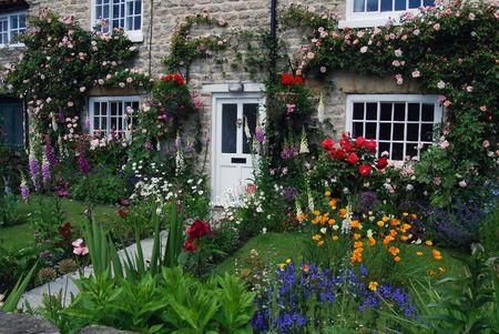 cottages: A postcard view of English cottage garden