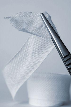 pinzas: Primer plano de pinzas quir�rgicas explotaci�n vendaje de cinta